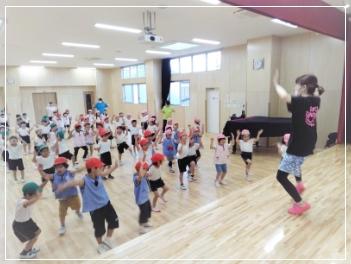 音楽を体で表現するダンスインストラクターによるダンス指導